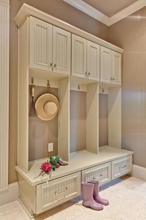 白色实木型衣柜