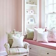 红白色卧室飘窗设计