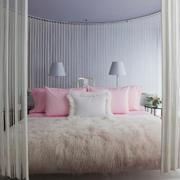 粉白色纱质窗帘