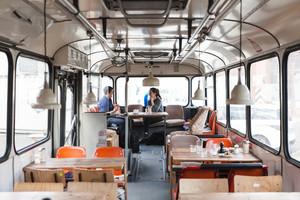 创意型公交车行驶餐馆设计