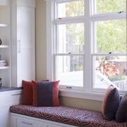 白色方格状小型飘窗设计