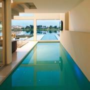 长方形的大型游泳池设计