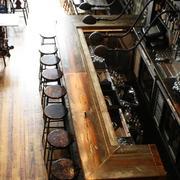原木气息的酒吧设计