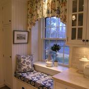 白色木质小型飘窗装修