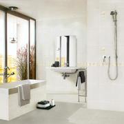 卫生间白色瓷砖背景墙