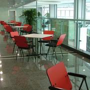 图书馆红色铁椅图片展示