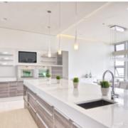 白色高采光简约化厨房设计