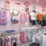 粉色调童装店效果图