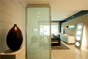 现代简约玻璃隔断装修风格效果图