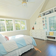 轻快美观的阁楼卧室