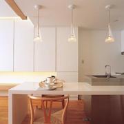 素雅浅色调厨房吧台
