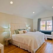 阁楼简约风格卧室床饰装饰