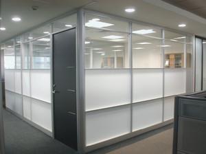 现代简约风格办公室玻璃隔断装修效果图