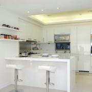 白色精巧厨房吧台