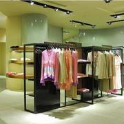 后现代风格服装店深色衣架装饰