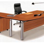原木深色办公桌装饰