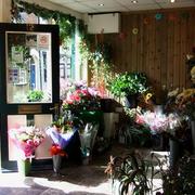 美式简约风格花店原木背景墙装饰