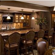 美式风格原木深色厨房吧台装饰