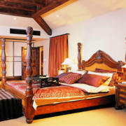 美式简约卧室原木吊顶装饰