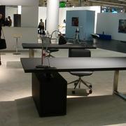 后现代风格深色系办公桌装饰