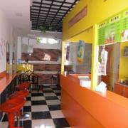 街角小型奶茶店一字型吧台装饰