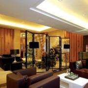 现代简约风格深色系客厅玻璃隔断装饰