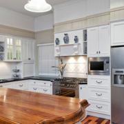 欧式简约风格厨房原木桌椅装饰
