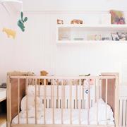 浅色系儿童房置物架装饰