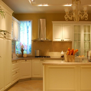 温馨暖色调厨房橱柜