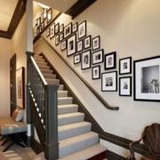 楼梯旁照片墙装修