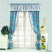 蓝色精巧的窗帘