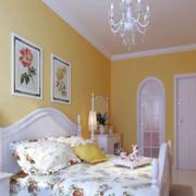 明亮黄色的卧室
