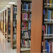 学校里的大型书架