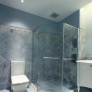 浅蓝色简约卫生间瓷砖装饰
