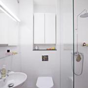 北欧风格卫生间小型通气窗装饰