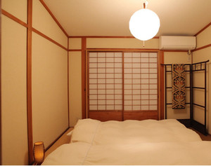 暖色调卧室榻榻米