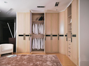 大户型欧式卧室步入式衣帽间装修效果图