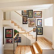 别墅原木色的楼梯