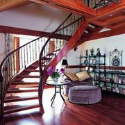 家居红木色的楼梯