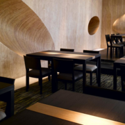 简约风格饭店深色桌椅装饰