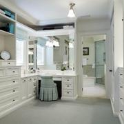 白色简约的洗手间