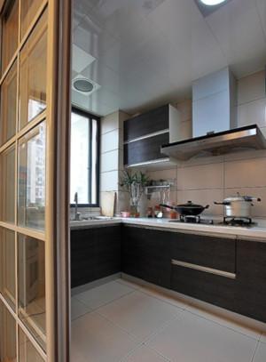 现代简约风格厨房玻璃推拉门装修效果图