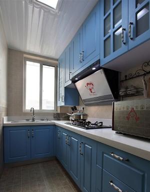 浅蓝色整体式厨房装饰