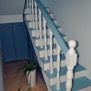 阁楼蓝白色楼梯装饰