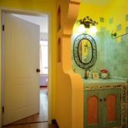 黄色温暖的卫生间