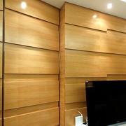现代简约风格原木客厅隐形门装饰
