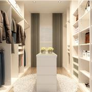 狭窄的白色卧室衣帽间