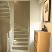 白色旋转阁楼楼梯