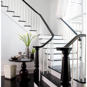 黑白相间的旋转楼梯