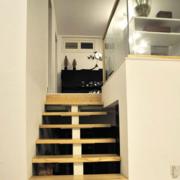 跃层简约原木楼梯装饰